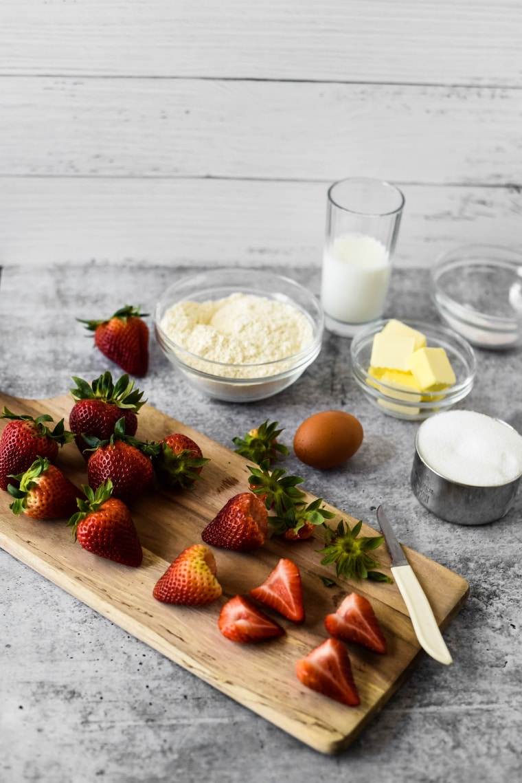 fresh strawberries with ingredients to make strawberry cake