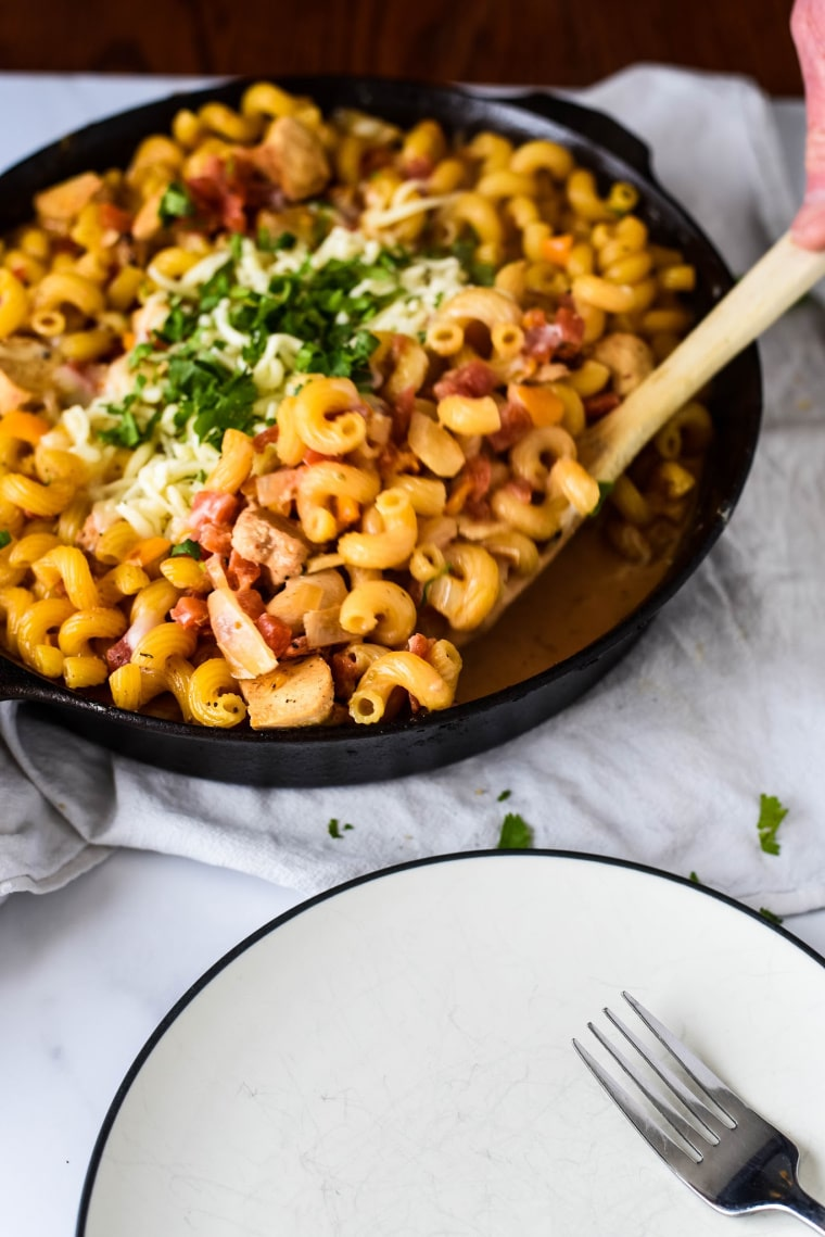 serving chicken fajita pasta from cast iron skillet