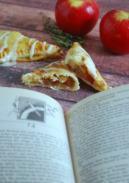 Books and food go together so well!! These apple, honey and thyme turnovers are inspired by Redwall Books and are so easy to make . Nerdy food at its best!