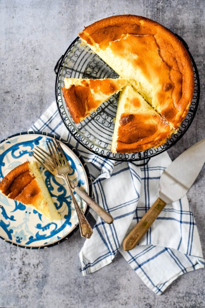 fromage tart on rack and slice on plate beside